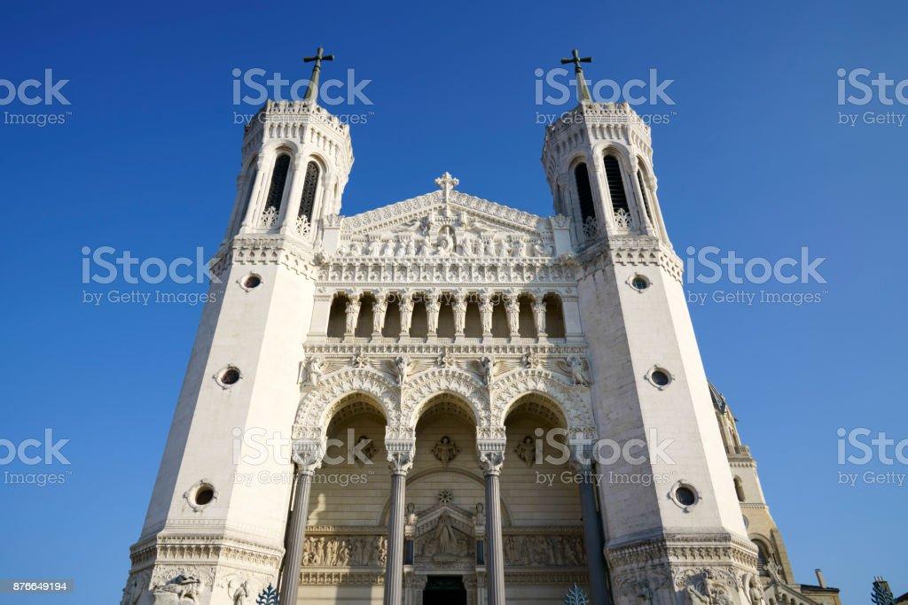 Basilique Notre-Dame de Fourvière dans le ciel bleu. - Photo
