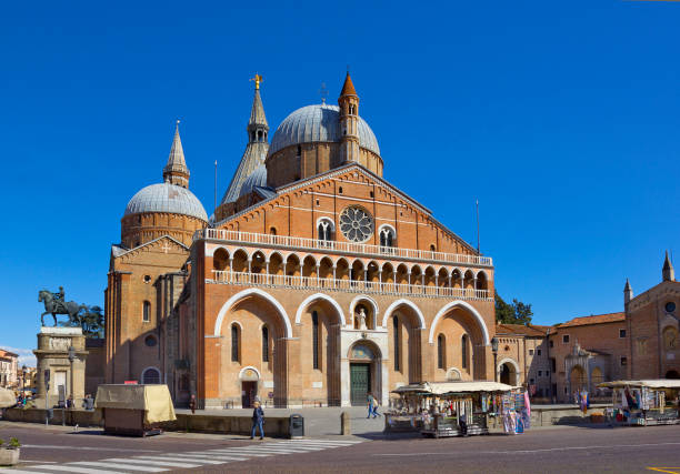 Basilica of Saint Anthony (Il Santo) in Padua, Italy Padua, Italy – April 04, 2015: Basilica of Saint Anthony (Il Santo) with few people st. anthony of padua stock pictures, royalty-free photos & images