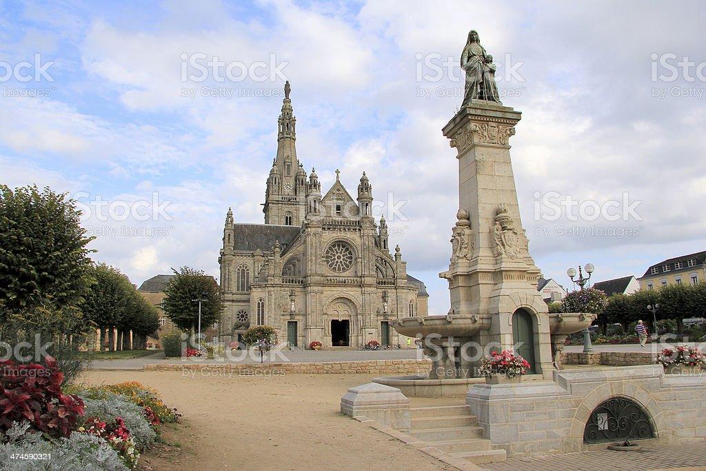 Basílica de Sainte-Anne d'Auray en mi región de Bretaña, Francia - foto de stock