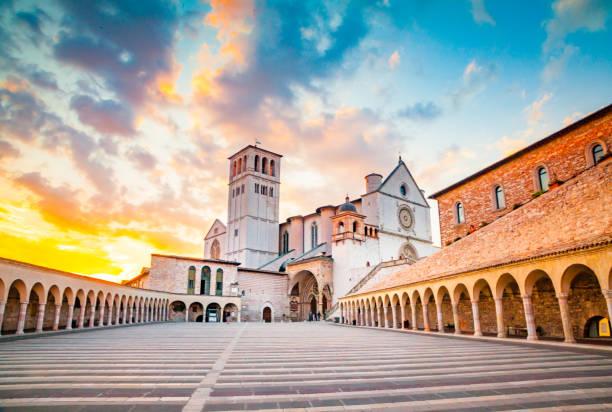 Basilika des Heiligen Franziskus von Assisi bei Sonnenuntergang, Assisi, Umbrien, Italien – Foto