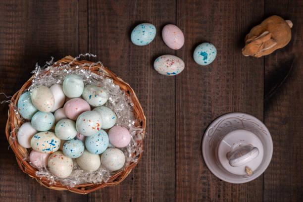 Korb voller Ostereier und Glocke – Foto