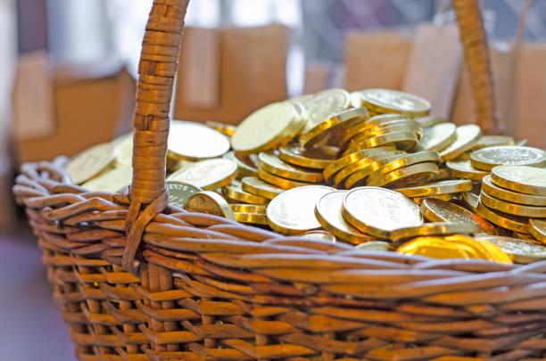 korb in goldmünzen, dummy. das konzept - b767 stock-fotos und bilder