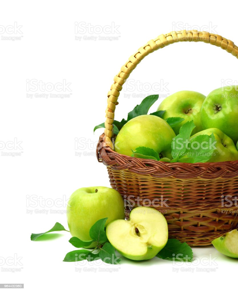 Cesta de maçãs em um fundo branco. Suculentas maçãs verdes com folhas. Uma alimentação saudável. Jardinagem. - Foto de stock de Agricultura royalty-free