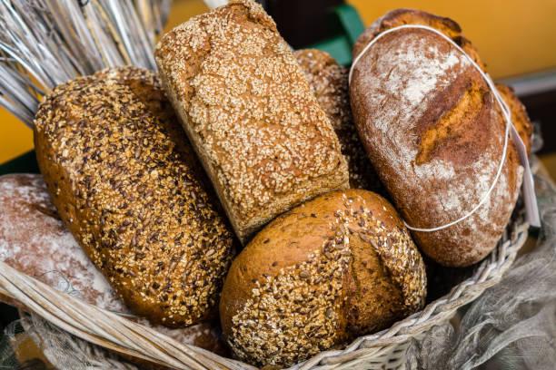 Korb mit Brot – Foto