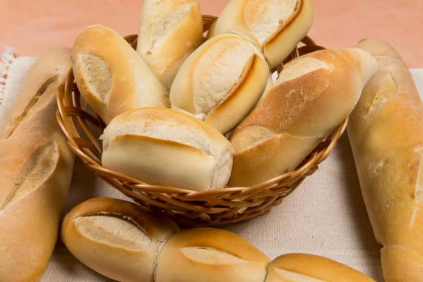 cesta de panes franceses - cultura francesa fotografías e imágenes de stock