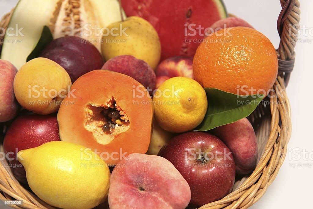 Korb mit frischem Obst – Foto