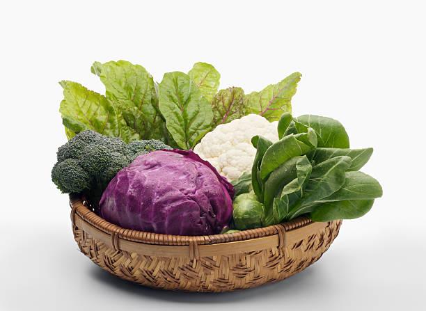 basket of healthy vegetables - xxxl - kruisbloemenfamilie stockfoto's en -beelden