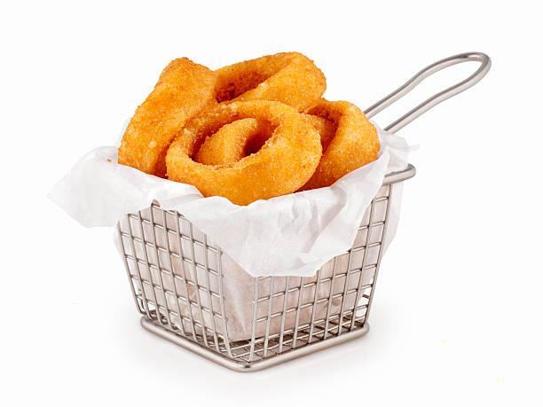 basket of onion rings - gefrituurde uienring stockfoto's en -beelden