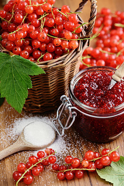 korb mit roten johannisbeeren und marmelade gefäß mit löffel - ribiselmarmelade stock-fotos und bilder