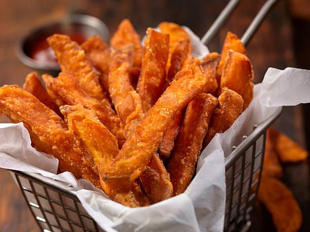 kosz słodkich frytek ziemniaczanych - słodki ziemniak zdjęcia i obrazy z banku zdjęć