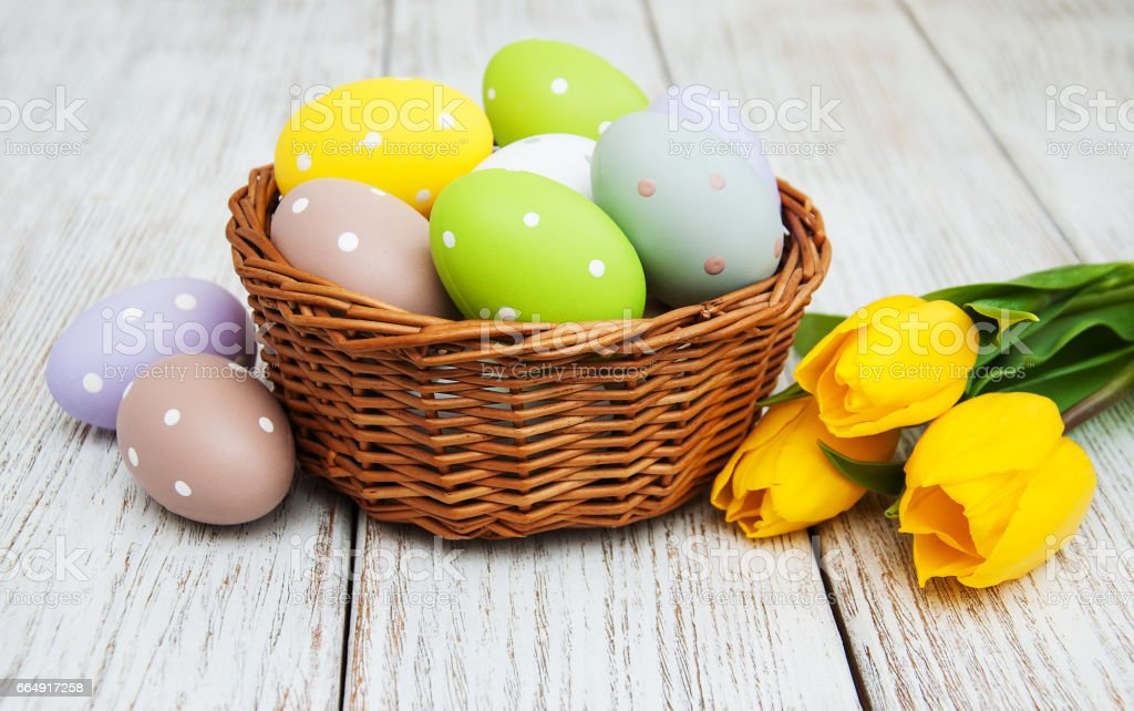 Basket with easter eggs and tulips foto stock royalty-free