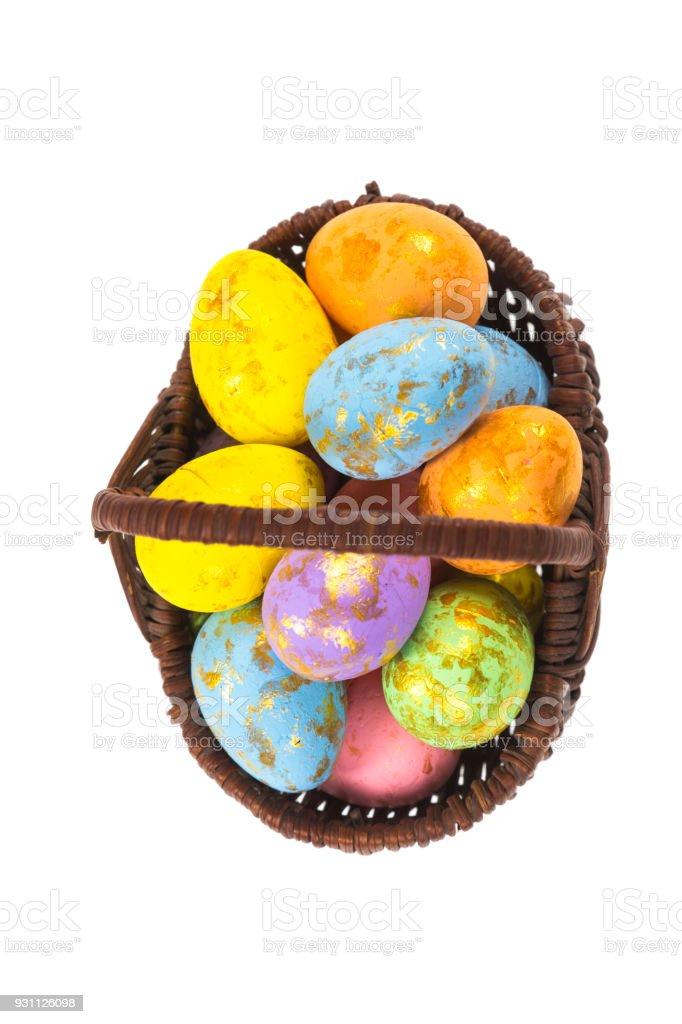 Paskalya yumurtaları üzerinde beyaz bir arka plan ile sepet - Royalty-free ABD Stok görsel