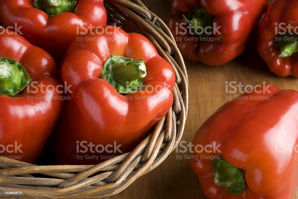 cesta con pimientos frescos stock photo