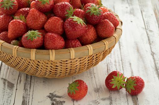 신선한 익은 빨간 딸기 바구니 0명에 대한 스톡 사진 및 기타 이미지