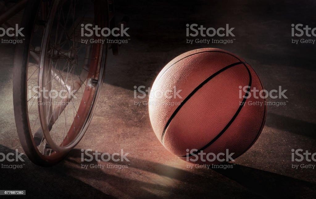 Baloncesto y silla de ruedas en un ambiente solitario, en concepto de decepción, heridas, desaliento, desesperación - foto de stock