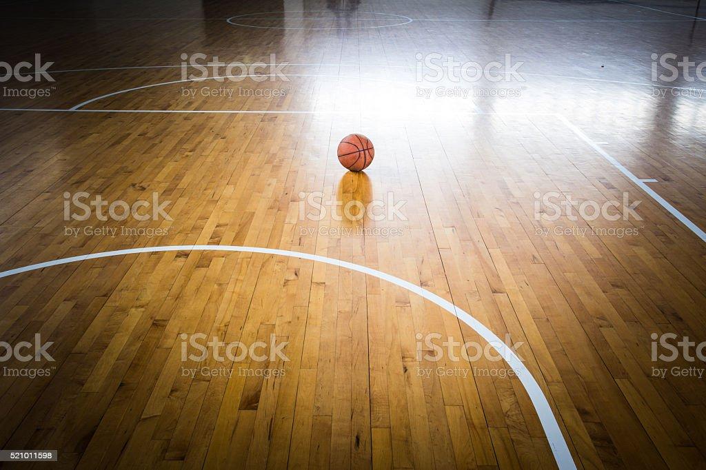 Ballon de basket-ball au sol dans la salle de sport - Photo