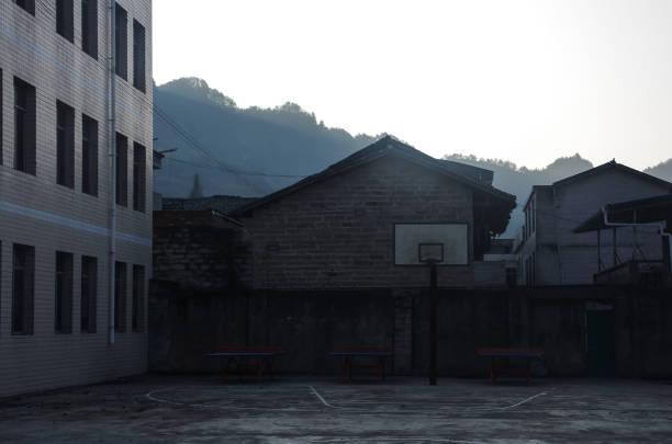 Basketball-Board und Tischtennis-Tische im Hof – Foto