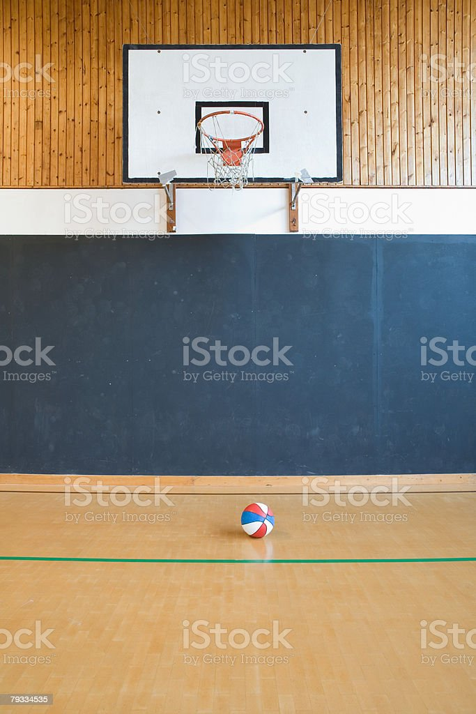 Basquetebol court and basketball foto de stock royalty-free