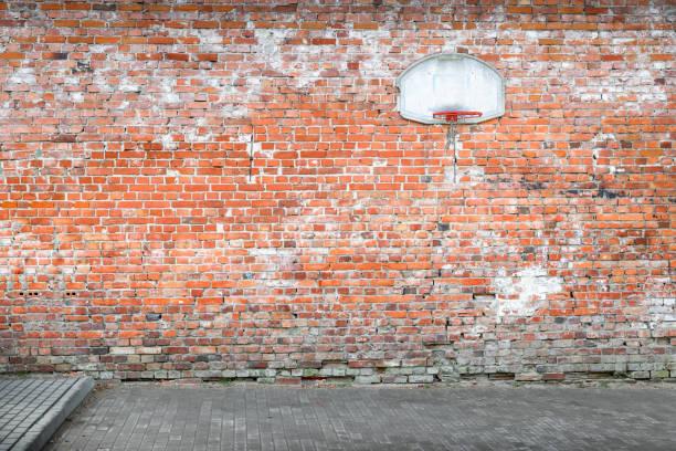 basketball-gericht ziegelmauer - spielplatz design stock-fotos und bilder