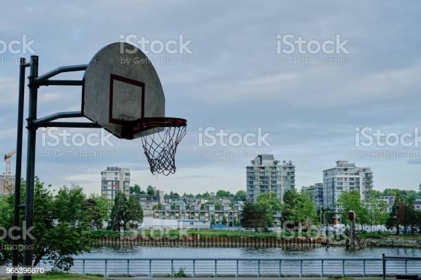 Foto de Quadra De Basquete Em Área Urbana e mais fotos de stock de Atividade Recreativa