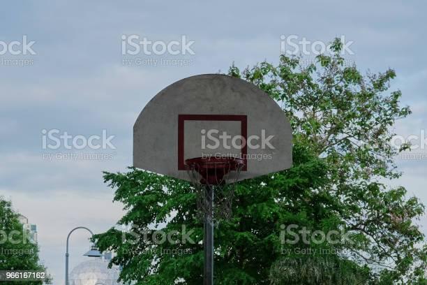 Campo Da Basket In Area Urbana - Fotografie stock e altre immagini di Albero