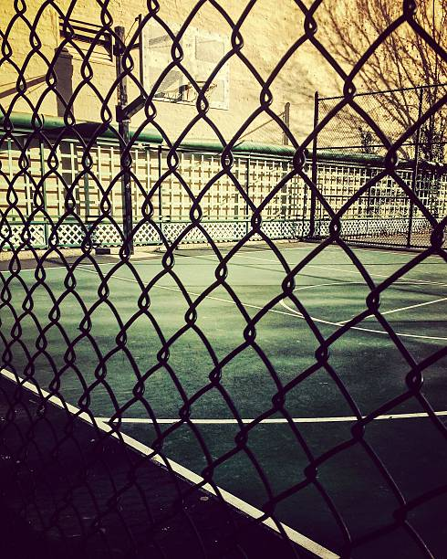 Basketball court view behind fence – Foto