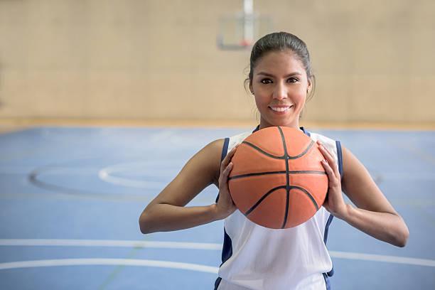 Basketball-Spieler hält den ball – Foto