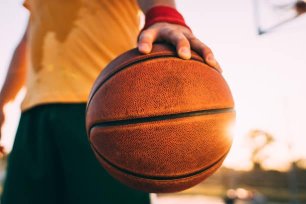 Basketballspieler hält Ball – Foto