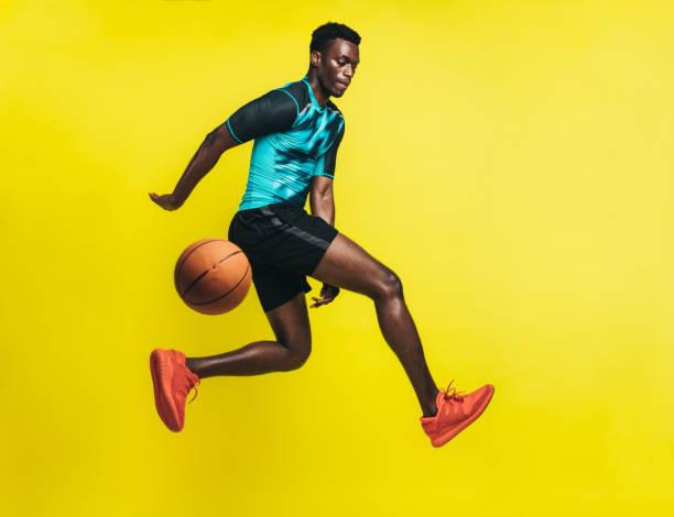 basketball player in action - sportowiec zdjęcia i obrazy z banku zdjęć