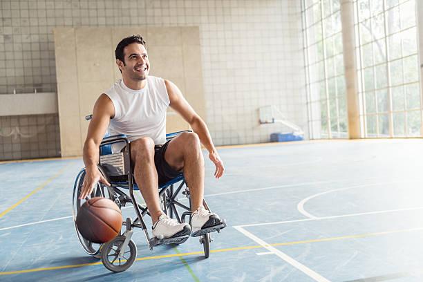 giocatore di basket in sedia a rotelle - sedia a rotelle foto e immagini stock