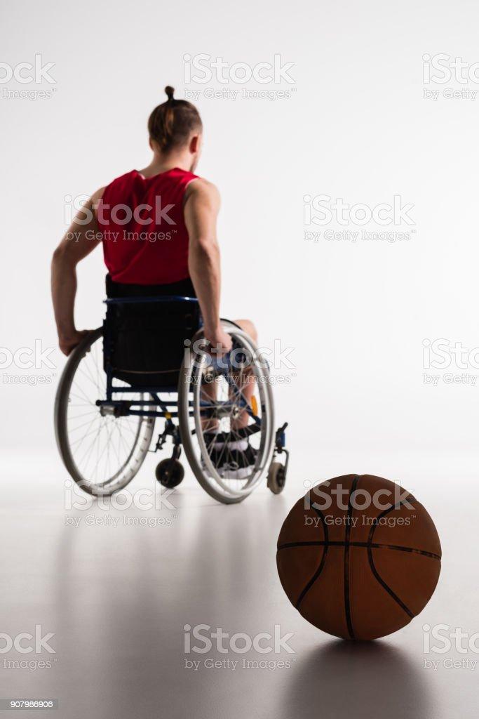 Jugador de baloncesto para silla de ruedas - foto de stock