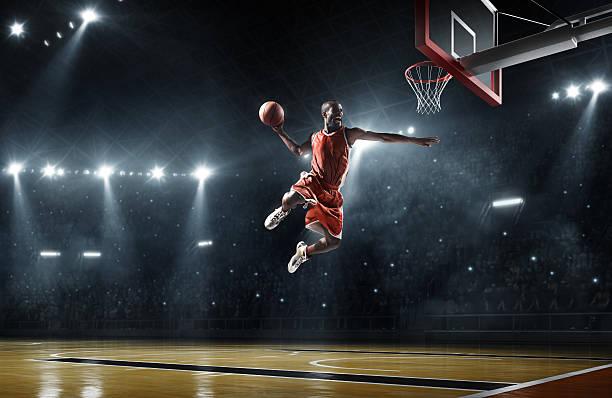 Jugador de baloncesto hace slam dunk - foto de stock