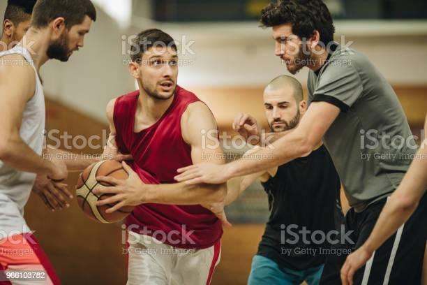 Basketspelare Försökte Få Igenom Defensiva Spelare På En Match-foton och fler bilder på Aktiv livsstil