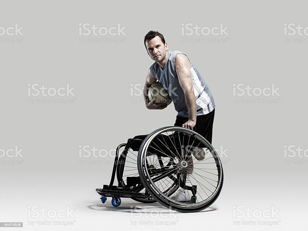バスケットボール選手がボール、車椅子 ストックフォト