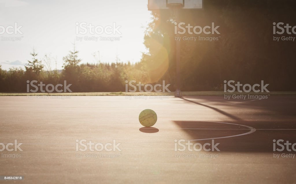 バスケット ボールの遊び場や夕暮れ時のボール ストックフォト