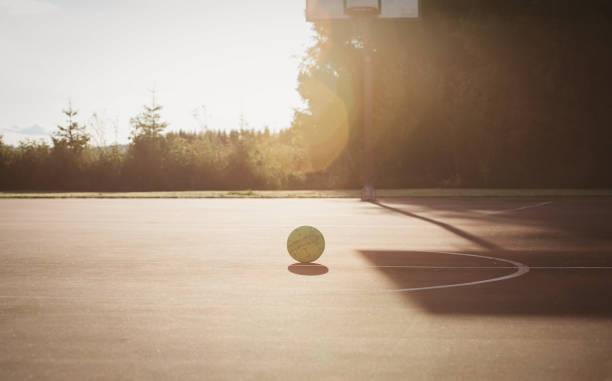 バスケット ボールの遊び場や夕暮れ時のボール - 校庭 ストックフォトと画像
