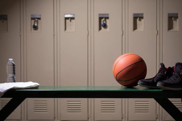 basketball sportgeräte in schule gymnasium umkleidekabine. - sitzbank schuhe stock-fotos und bilder