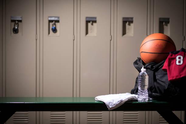 basket sportutrustning i skolan gymnasium omklädningsrummet. - bench bildbanksfoton och bilder