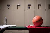 学校体育館のロッカー ルームでバスケット ボール スポーツ用品。