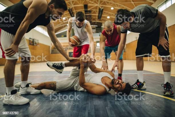 Basketlag Stödja Deras Skadade Lagkamrat På Domstolen-foton och fler bilder på Afroamerikanskt ursprung