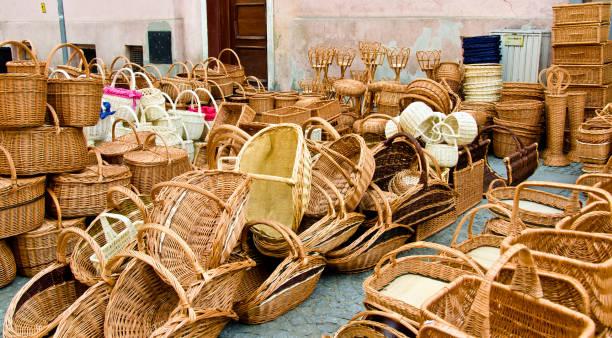 korbflechterei, wickenwork auf einem markt im freien - schmidt theater stock-fotos und bilder