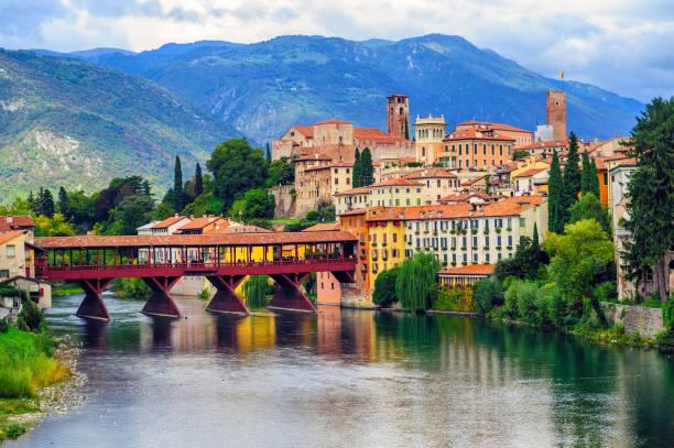 Bassano del Grappa Old Town and Ponte degli Alpini bridge, Italy - foto stock