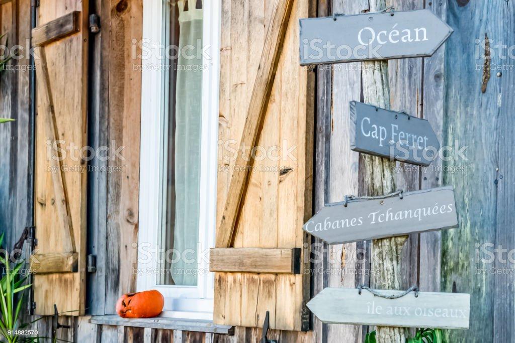 Panneau indicateur décoratif au village ostréicole du bassin d'Arcachon (France), de Piraillan - Photo