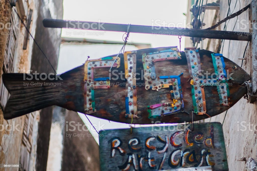 basura y plásticos en las playas de kenia royalty-free stock photo