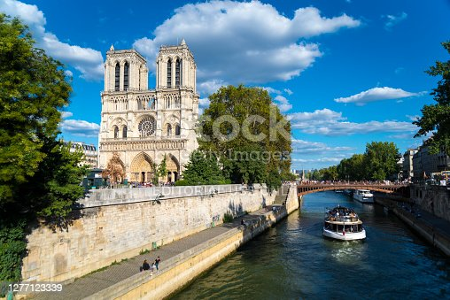 istock Bateaux-mouge on the Seine 1277123339