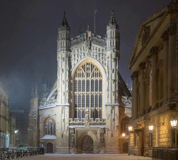 Bath Abbey at night, in the snow One of Britain's grandest and most imposing Cathedrals in the UNESCO World Heritage City of Bath bath abbey stock pictures, royalty-free photos & images