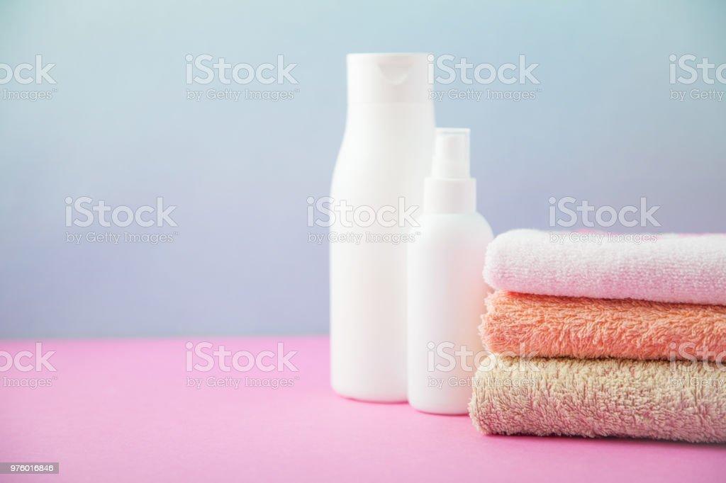 Badaccessoires Gefaltete Handtücher Und Shampoo Gestapelt ...