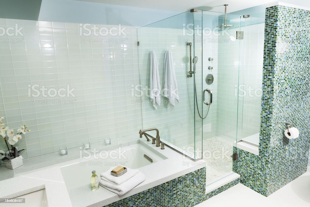 Vasca da bagno e cabina doccia con piastrelle in vetro moderno