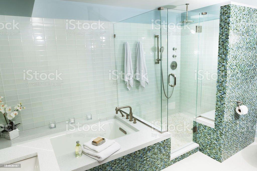 Vasca Da Bagno Vetro : Vasca da bagno e cabina doccia con piastrelle in vetro moderno