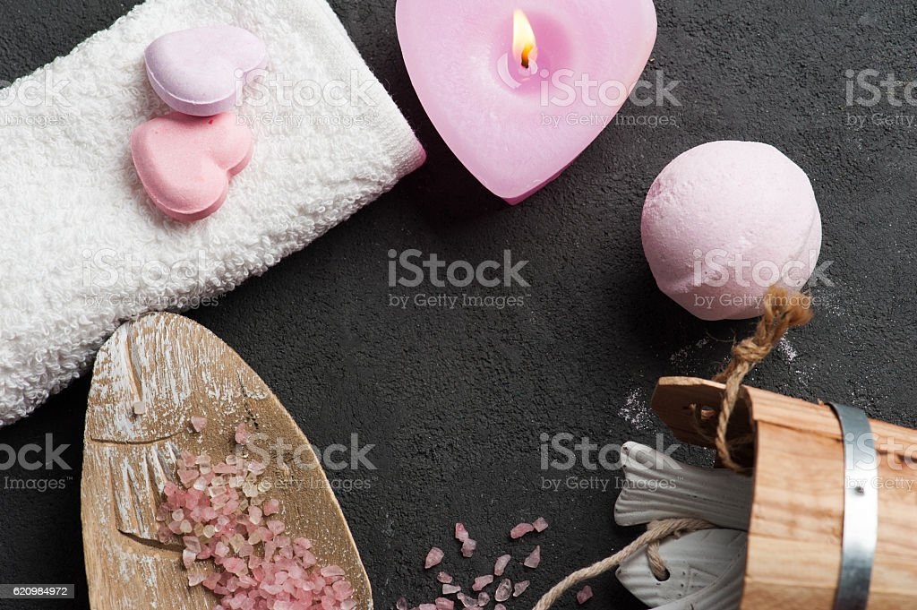 bath bomb closeup with pink lit candle foto royalty-free